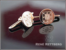 Goldener Frackknopf aus 18 Karat Roségold mit Wappengravur