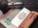 Wir gravieren Ihr Wappen lebendig und fein ausgearbeitet von Hand  in die Geldklammer aus eigener Herstellung