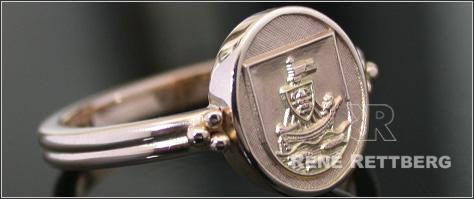 Wappenringe mit goldenem Relief